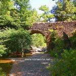 Παλιό πέτρινο τοξωτό γεφύρι στην κοίτη του ποταμού Νηλέα στην περιοχή Στράφοι.